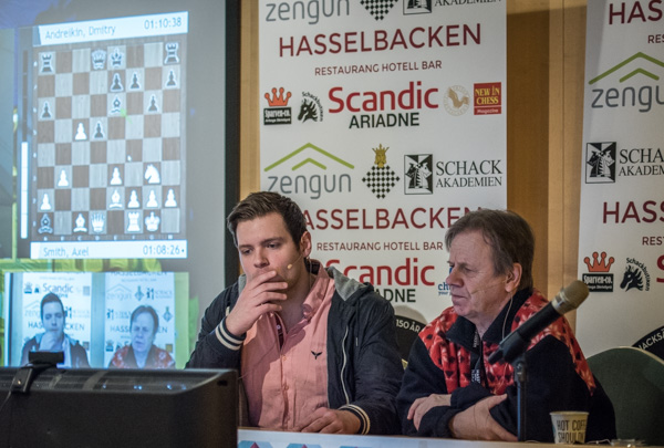 IM Jonathan Westerberg och GM Ulf Andersson i kommentatorsrummet. I morgon blir det dock GM NIls Grandelius som ersätter Andersson. (Foto: Lars OA Hedlund)