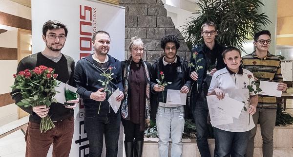 Pristagarna i vårens Stockholm Chess Challenge tillsammans med Åsa Grübb-Weinberg från huvudsponsorn Data. Turneringen är tillbaka 30 april–5 maj 2018 med en del nyheter. (Foto: Lars OA Hedlund)