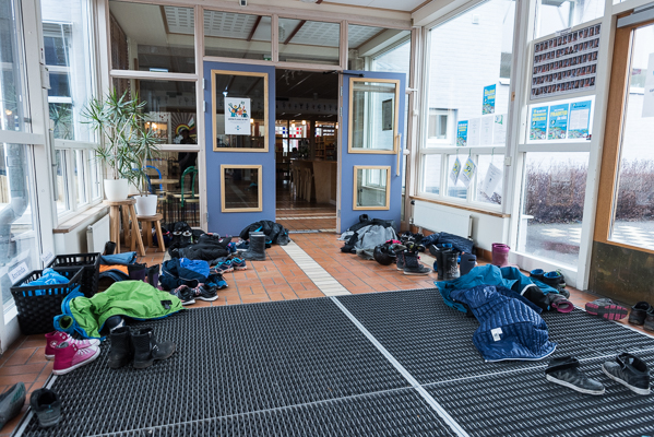 När du kommer in i skolan möts du av en större samling kläder. Under vintertid är entrén fylld av jackor, skor och vantar. (Foto: Lars OA Hedlund)