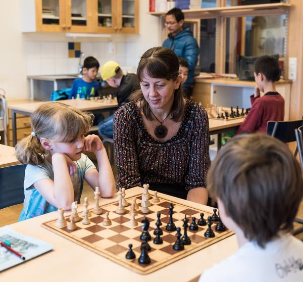 """""""Föräldrar och ledare cirkulerar i klassrummet för att hjälpa till och svara på frågor."""" (Foto: Lars OA Hedlund("""