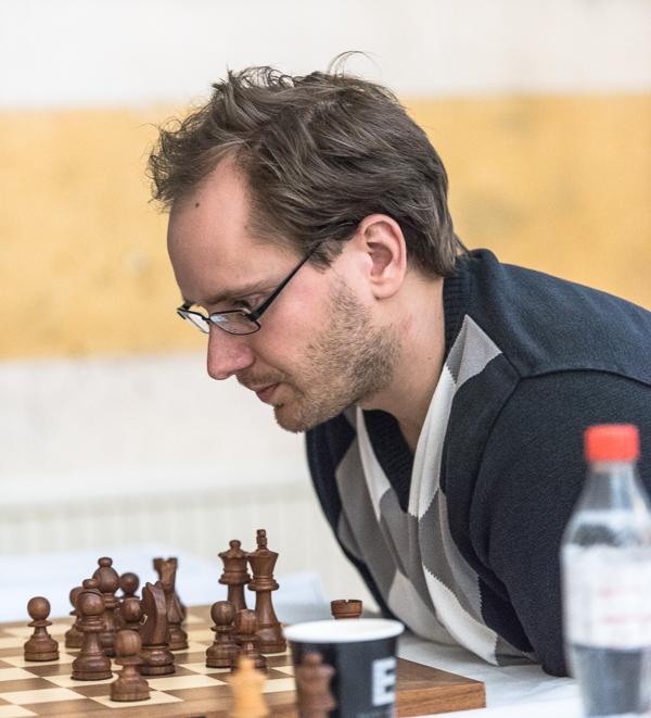 GM Hans Tikkanen är solo i ledningen inför den sista ronden. (Foto: Lars OA Hedlund)