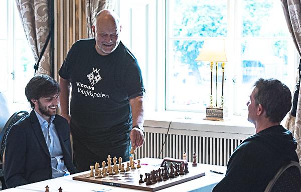 Alf Isaxson gör första draget åt Nils Grandelius. (Foto: Lars OA Hedlund)