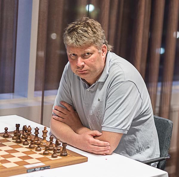 Den mest meriterade spelaren är GM Alexei Shirov. Han är en av dem som leder med 4/4 efter att bland andra ha besegrat GM Tiger Hillarp-Persson med de svarta pjäserna i 16 drag. (Foto: Lars OA Hedlund)