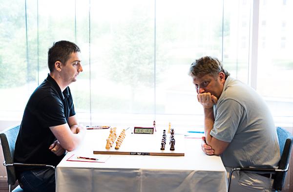 GM Marcin Dziuba och GM Alexei Shirov spelade snabbremi i sjätte ronden för att bevaka sina positioner inför de två sista ronderna. (Foto: Lars OA Hedlund)