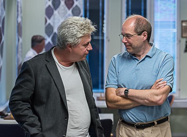 GM Lars Karlsson i samspråk med Gunnar Johansson som besegrades av den förstnämnde. (Foto: Lars OA Hedlund)