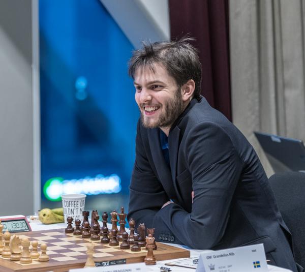 Nils Grandelius vann en bonde mot det 12-åriga schackunderbarnet Praggnanandhaa (2517) och sedan visade han stort tålamod och god teknik och vann remitornslutspelet fyra mot tre på samma flygel. (Foto: Lars OA Hedlund)