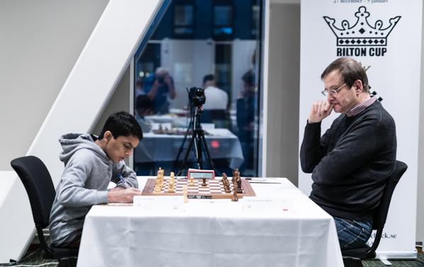 GM Michal Krasenkow leder inte oväntat Rilton Cup efter att ha besegrat IM Sarin Nihal efter att ha dominerat spelet i en låst struktur. (Foto: Lars OA Hedlund)