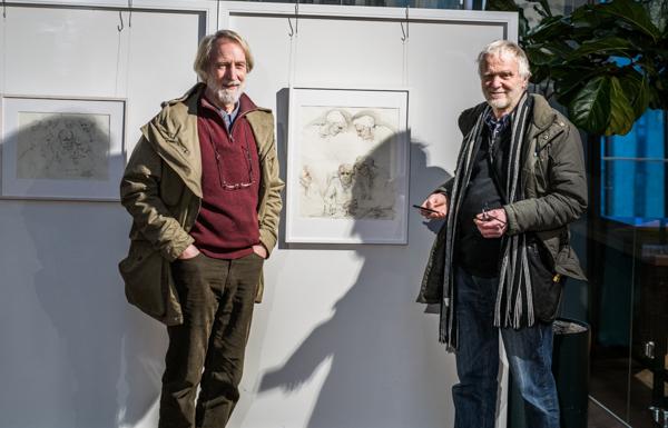 Ole Drebold och Sam Westerholm poserar framför schackteckningarna. (Foto: Lars OA Hedlund)