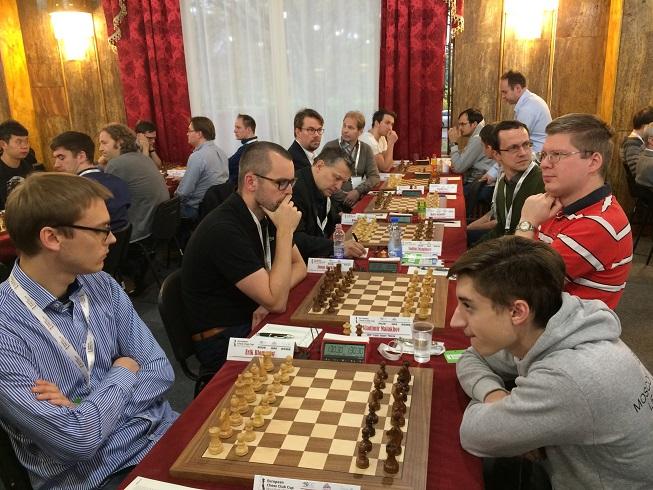 SK Rockaden mötte hårt motstånd i rond 2 då de ställdes mot SHSM Legacy Square Moscow. Den enda som tog poång var GM Erik Blomqvist mot GM Daniil Dubov. Resultatet i matchen blev 0.5-5.5. (Foto: Lennart Örnmarker)