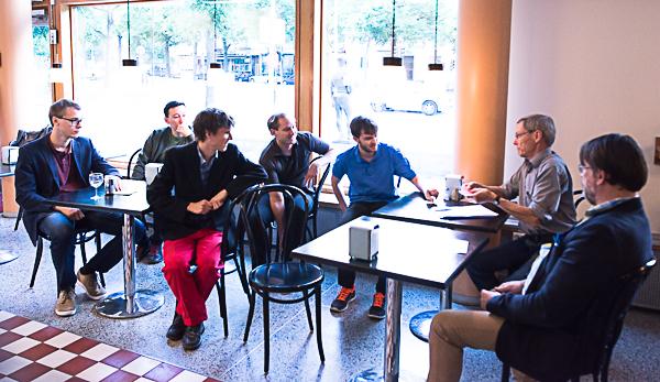 """Lottningsceremoni i cafeterian"" (Foto: Lars OA Hedlund)"